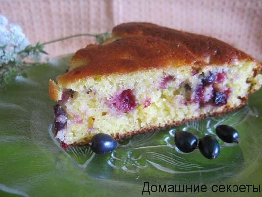 Пирог с клубникой и смородиной на молоке - рецепт пошаговый с фото